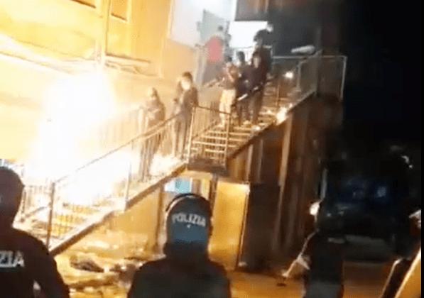 migranti mosè agrigento rivolta fuoco incendio evasione hotspot accoglienza migranti